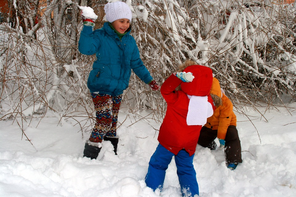 winter-snowball-fight